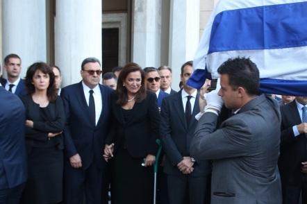 O πρόεδρος της ΝΔ Κυριάκος Μητσοτάκης (1-Δ) και οι αδερφές του Αλεξάνδρα Μητσοτάκη (1-Α) και Ντόρα Μπακογιάννη (2-Δ) στη Μητρόπολη Αθηνών στην άφιξη της σορού του παέρα τους, πρώην πρωθυπουργού, Κωνσταντίνου Μητσοτάκη , Τετάρτη 31 Μαίου 2017. Ο πρώην πρωθυπουργός και επίτιμος πρόεδρος της Νέας Δημοκρατίας Κωνσταντίνος Μητσοτάκης απεβίωεσε στις 29 Μαϊου σε ηλικία 99 ετών. ΑΠΕ-ΜΠΕ/ΑΠΕ-ΜΠΕ/Αλέξανδρος Μπελτές